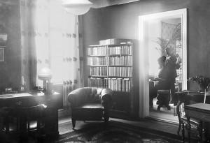 Birger Martin och Maria Brink i musikrummet.
